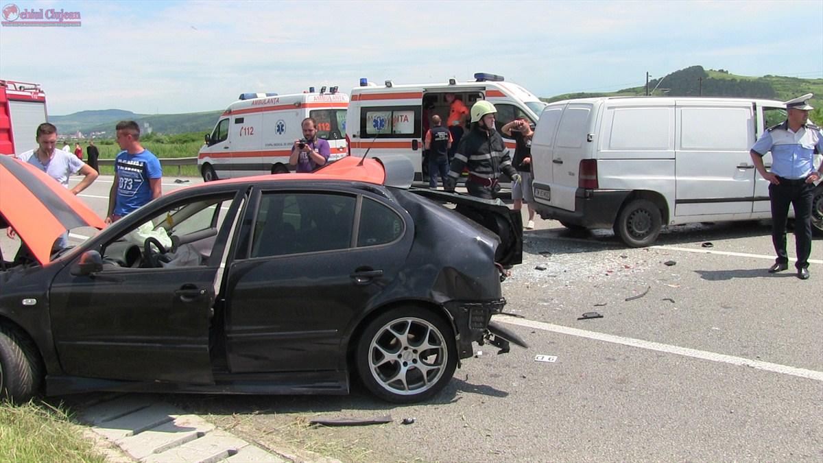 Accident GRAV la Livada! Trei persoane au ajuns la spital după ce autoturismul în care se aflau s-a izbit violent de un parapet din beton FOTO