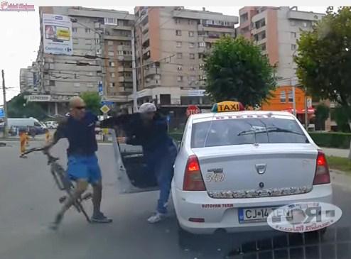 Scandal în trafic între un biciclist şi un taximetrist în Mănăştur VIDEO
