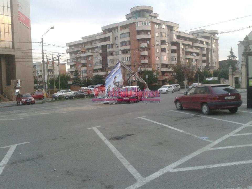 Panou publicitar spulberat de un taximerist în Mărăști FOTO