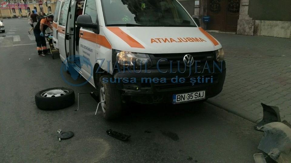 Accident în față la Prefectură! Impact între un autoturism și o ambulanță aflată în misiune FOTO