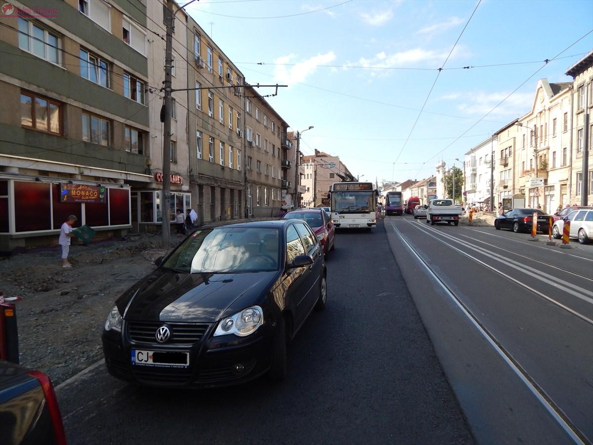 Circulația pe strada Horea, blocată din cauza autoturismelor parcate neregulamentar  FOTO