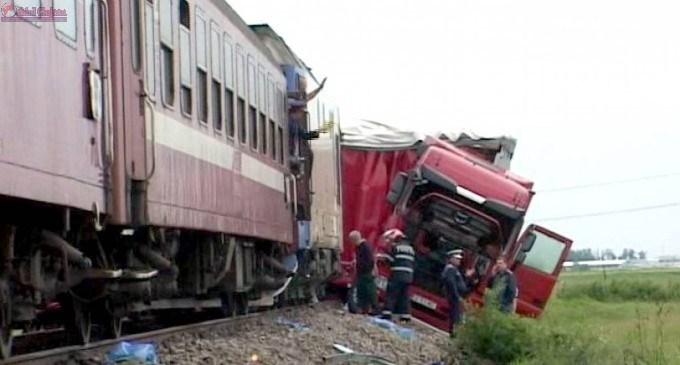 TIR lovit de tren în Apahida. Șoferul a încercat să treacă peste calea ferată fără să se asigure