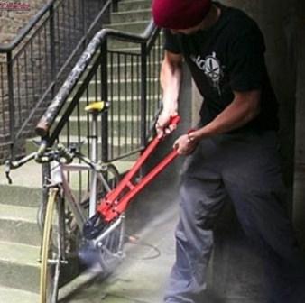 Trei hoți de biciclete din Cluj, prinși de polițiști s-au ales cu dosar penal pentru furt