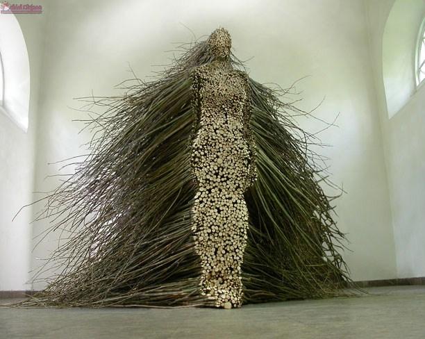 18+ Festival: Sculptură masivă din lemn reciclat se construieste la Cluj