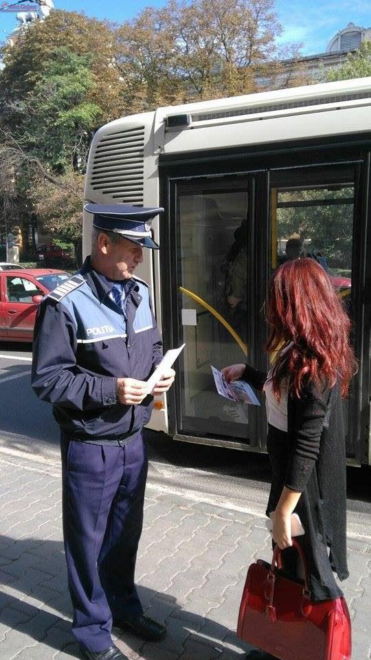 Mii de pliante au distribuit polițiștii clujeni pentru prevenirea furturilor din buzunare și poșete FOTO