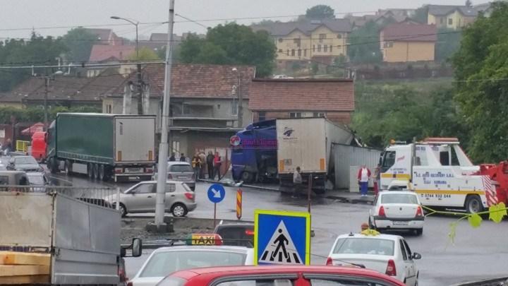 Un șofer a intrat cu TIR-ul într-o gheretă de pâine pe strada Oașului FOTO