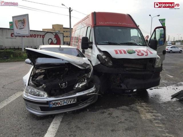 Impact între un autoturism și o autoutilitară la ieșire din Dej. Trei persoane au ajuns la spital VIDEO