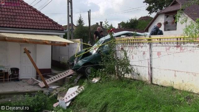 """Dej: O șoferiță """"a parcat"""" direct pe terasa unui vecin VIDEO"""