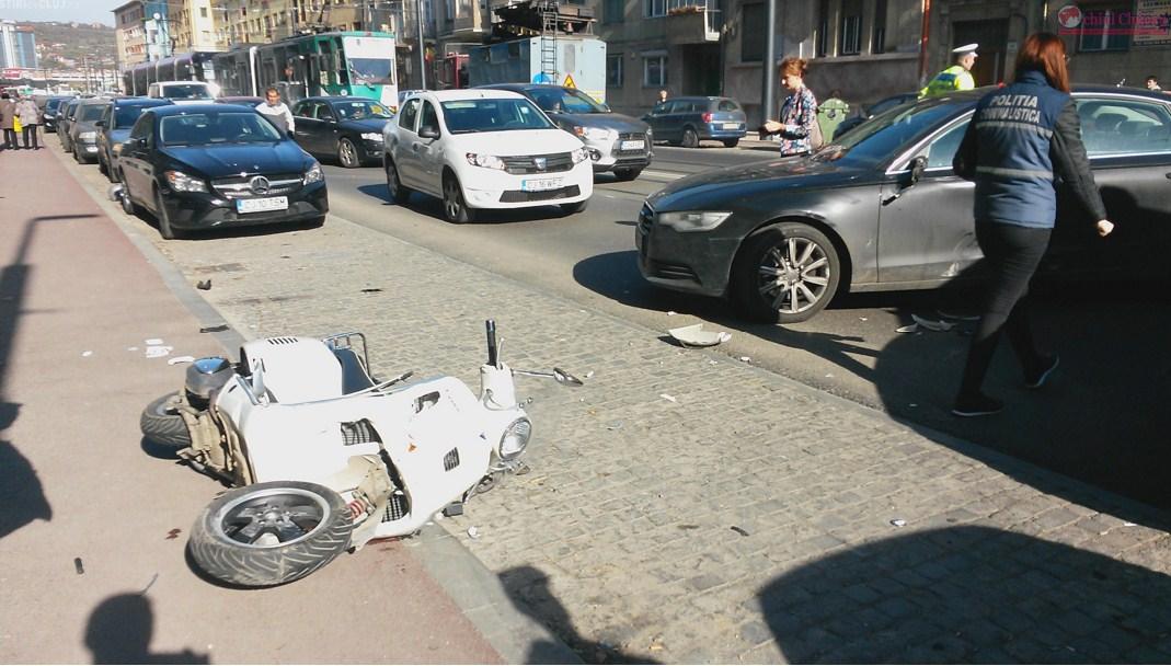 Accident pe strada Horea! Doi tineri răniți după ce scuterul lor a fost lovit de un autoturism – VIDEO