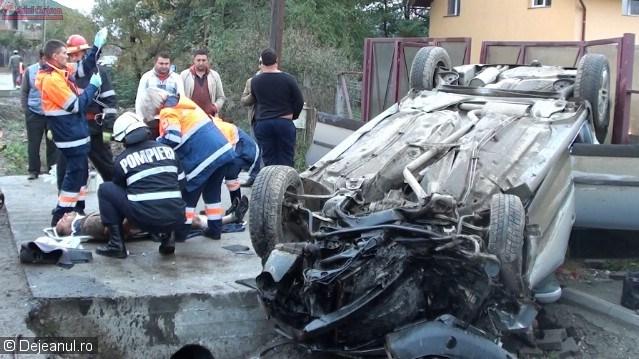 Accident grav la Dej. Trei persoane au fost rănite după ce mașina în care se aflau s-a izbit violent de un cap de pod VIDEO