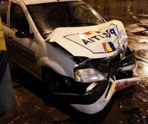 Șofer mort de beat la volan a lovit în plin o mașină de poliție. Doi polițiști au fost răniți