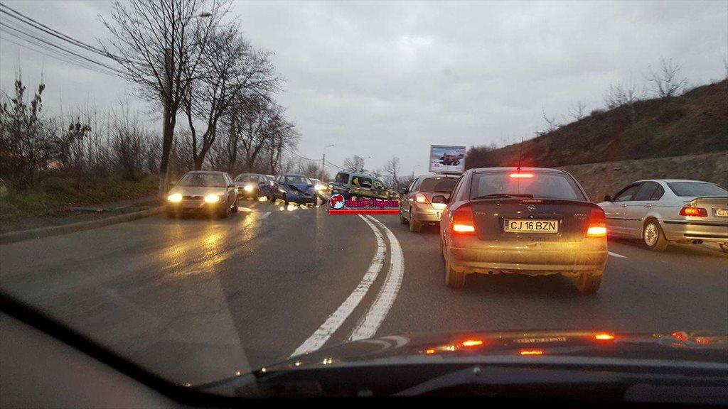 Accident pe Frunzisului! Două mașini s-au ciocnit -FOTO
