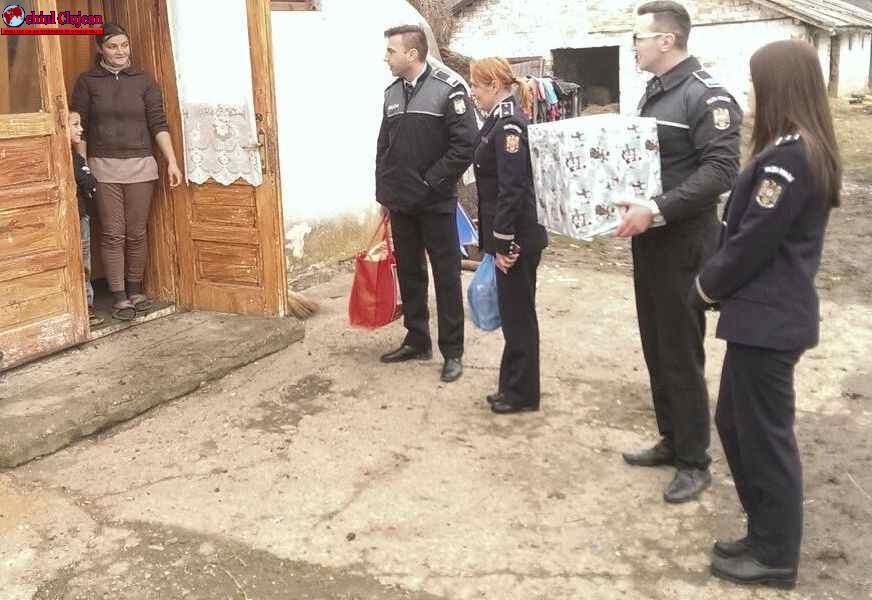 Moș Crăciun îmbrăcat în uniforma de polițist a venit la copii din Mărisel FOTO