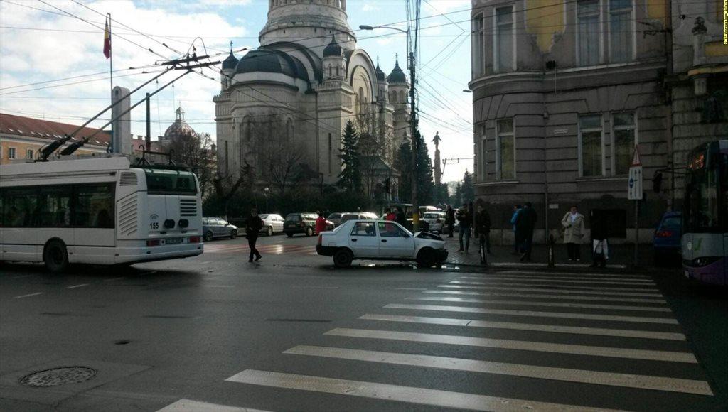 Impact între o mașină a Poliției și o ambulanță SMURD, în față la Prefectură – FOTO