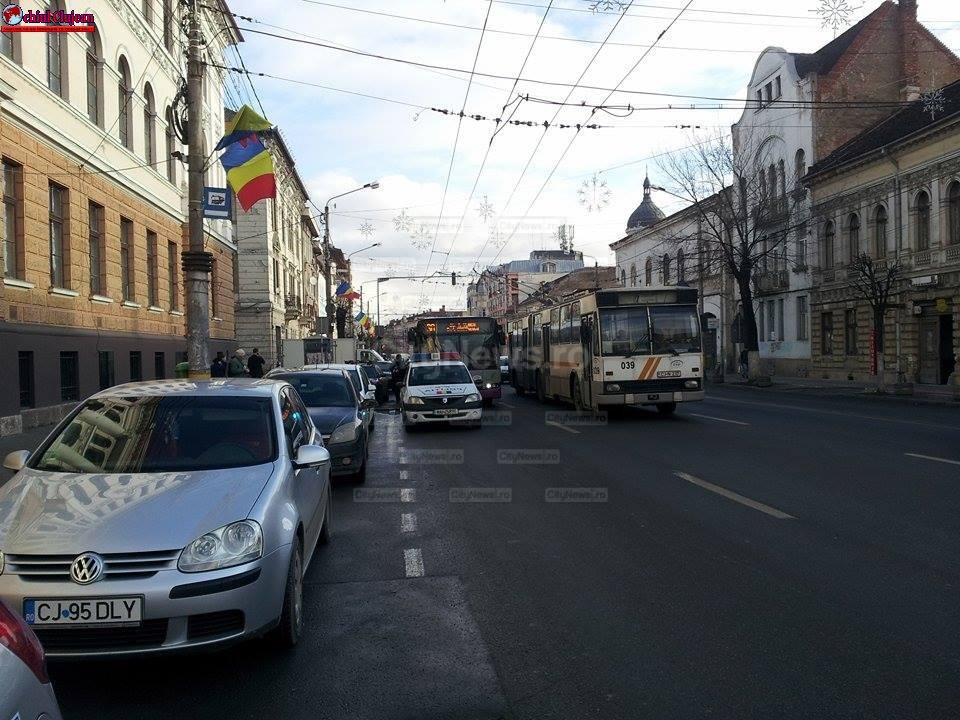 Panică într-un autobuz în centrul Clujului după ce un tânăr s-a urcat într-un autobuz, cu un cuţit în mână -FOTO