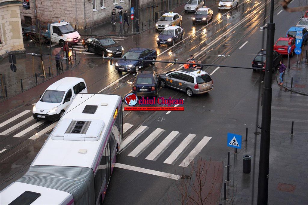 Accident pe strada Horea! Impact între un taximetrist și un autoturism FOTO