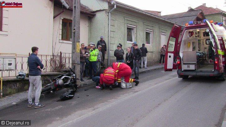 Accident de motocicletă pe strada Traian din Dej. O minoră de 16 ani a ajuns la spital VIDEO