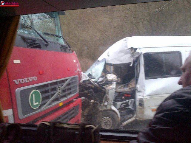 Sălaj: Accident între un TIR și un microbuz. Patru persoane au ajuns la spital FOTO