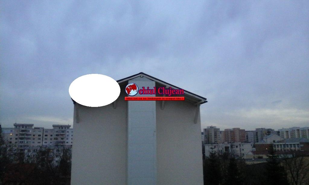 """Clujean: """"Bucăți din acoperișul unui bloc din Mănăștur, stau să cadă peste mașini"""" FOTO"""