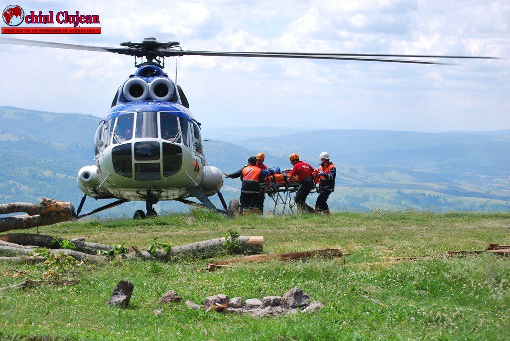 Misiune umanitară  cu elicopterul Unității Speciale de Aviație Cluj-Napoca FOTO
