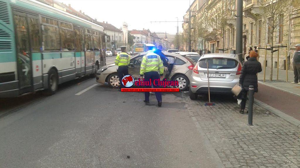 Accident  pe strada Horea! Trei mașini implicate, iar o persoană a ajuns la UPU FOTO