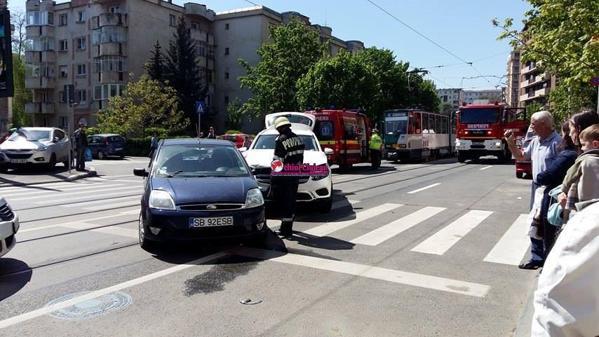 Accident pe strada Plopilor! Coliziune între două autoturisme FOTO