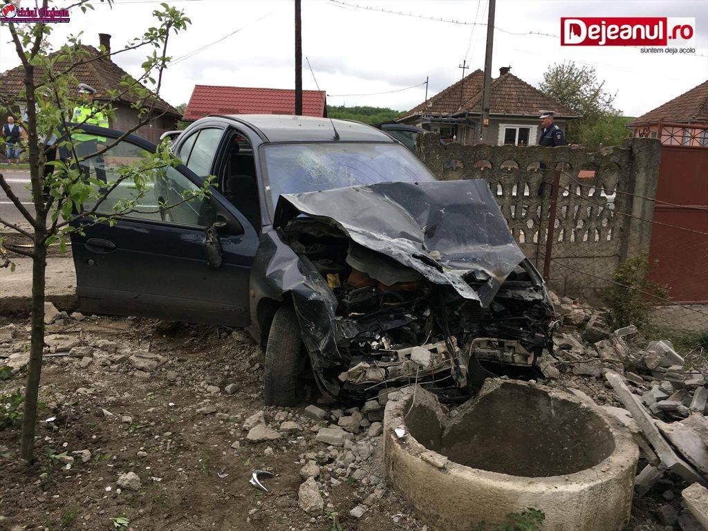 Accident cu două victime la Iclod! O mașină a intrat în gardul unei case VIDEO