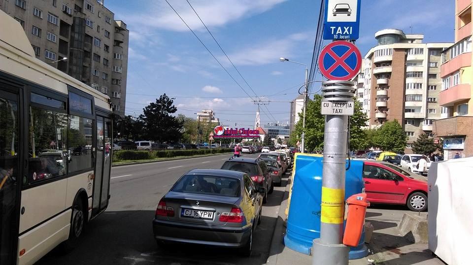 """Standurile de taxi din Piata Mărăști, transformate în locuri de parcare. """"Stăm în drum să luăm clienții"""" FOTO"""