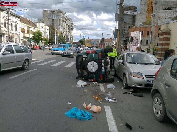 Accident în Piata Cipariu! Un autoturism s-a răsturnat FOTO