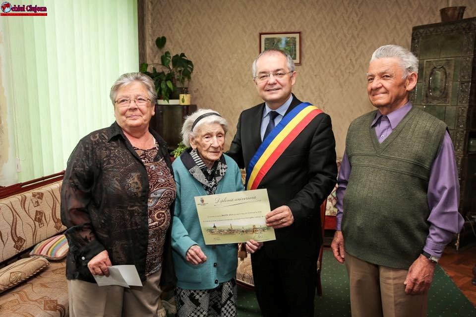 Două femei din Cluj-Napoca au împlinit 100 de ani, Emil Boc le-a premiat FOTO