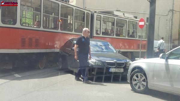 NU BLOCA CIRCULAȚIA TRAMVAIELOR! Un BMW a blocat circulația tramvaiului în Piața Gării. Polițiștii s-au sesizat din oficiu  FOTO