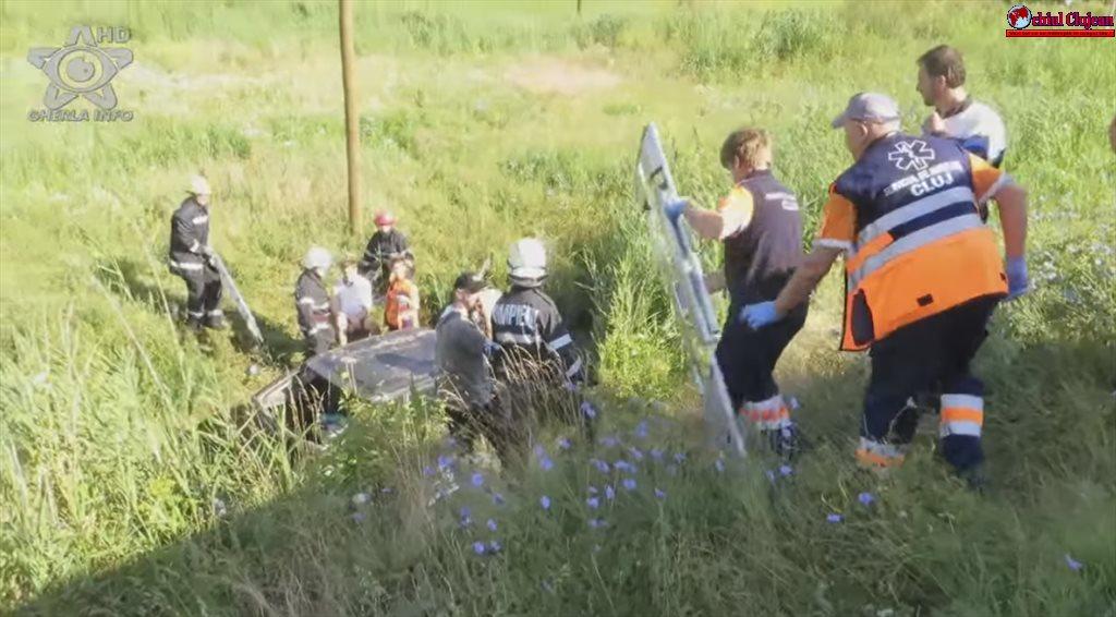 Accident GRAV pe centura ocolitoare a municipiului Gherla! S-au răsturnat într-o vale în timp ce mergeau la nuntă VIDEO
