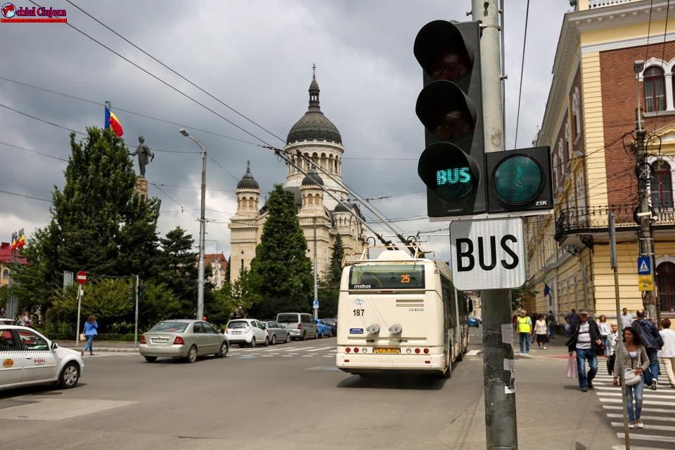 ATENȚIE ȘOFERI! Bandă dedicată transportului în comun în Piata Stefan Cel Mare din Cluj-Napoca GALERIE FOTO