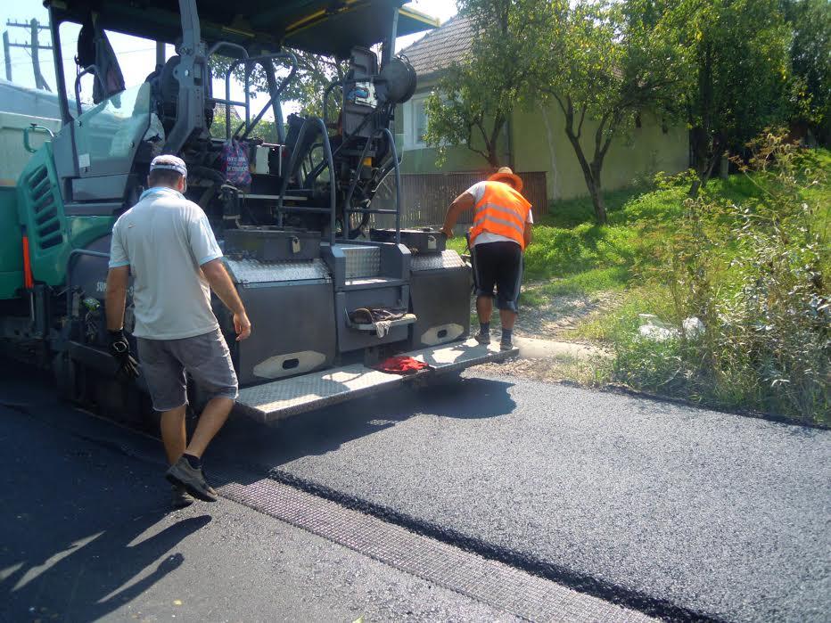 Finalizarea turnării asfaltului pe drumul judeţean Fundătura-Cornești FOTO