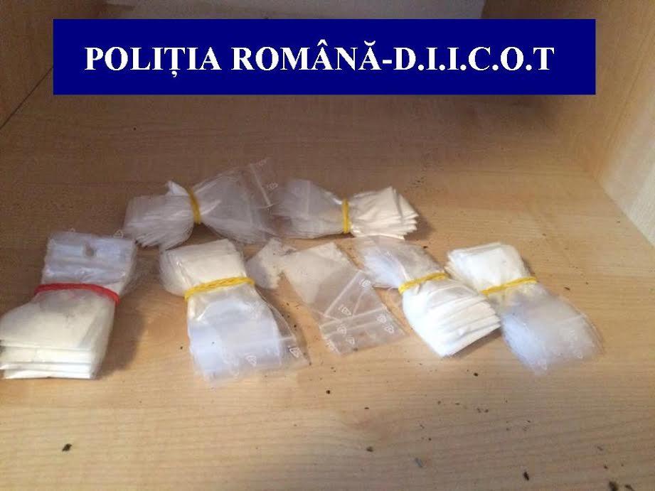 Cluj: 8 percheziții domiciliare la persoane bănuite de operațiuni cu substanțe psihoactive.  Oamenii legii au ridicat droguri, zeci de mii de lei și pistoale FOTO-VIDEO