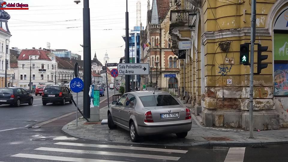 """Cluj-Napoca: """"Avem nevoie de loc pentru a sta la semafor"""" spune un pieton FOTO"""
