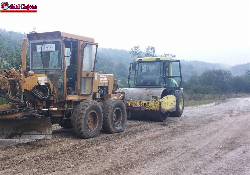 Pe drumul judeţean 103G Podeni – Moldoveneşti au fost demarate lucrări de întreţinere prin reprofilare