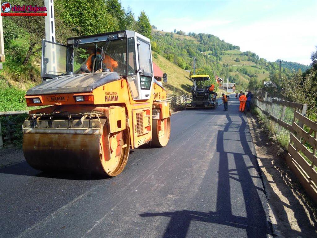 Lucrări de asfaltare pe drumul judeţean DJ 107R Băişoara – staţiunea Muntele Băişorii FOTO