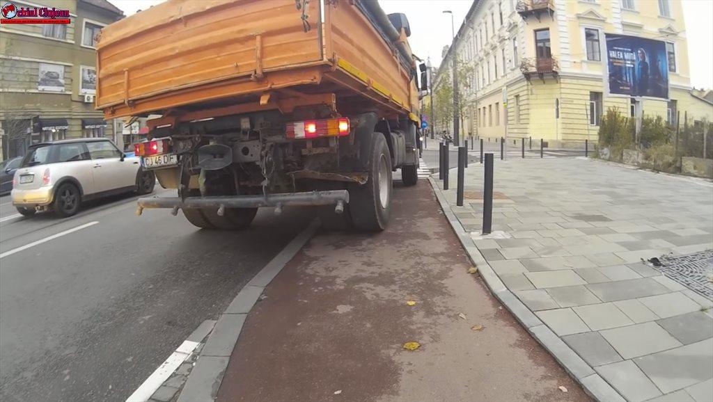 """Cluj: Cu camionul pe pista de biciclete. """"Cred că numai niște stâlpișori, sau zid de beton i-ar opri să urce pe pistă"""" VIDEO"""