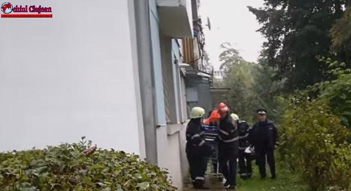 ȘOCANT! Un tânăr și-a taiat venele apoi s-a aruncat pe geamul locuinței VIDEO