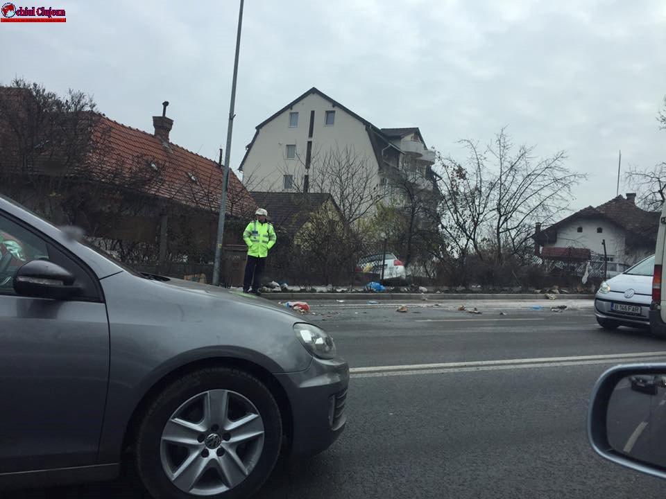 """Accident pe Calea Turzii! O șoferiță a """"aterizat"""" în curtea unei case FOTO"""