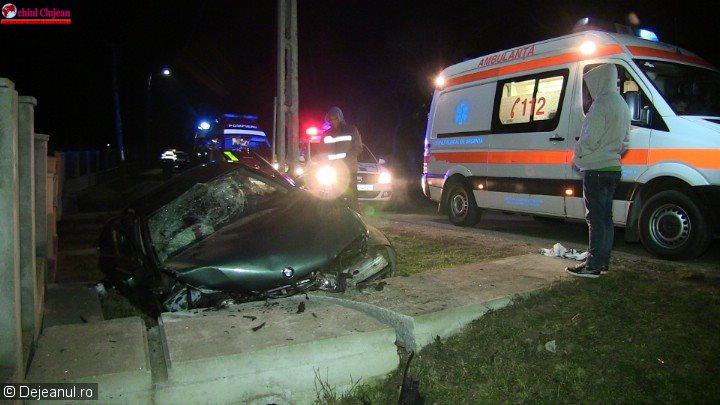 Accident la Bonț: Un șofer a intrat cu BMW-ul într-un cap de pod. Patru persoane, printre care și o gravidă de 15 ani au ajuns la spital VIDEO