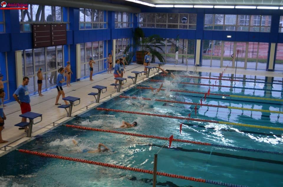 300 de elevi clujeni participă la singura competiție școlară de natație din România