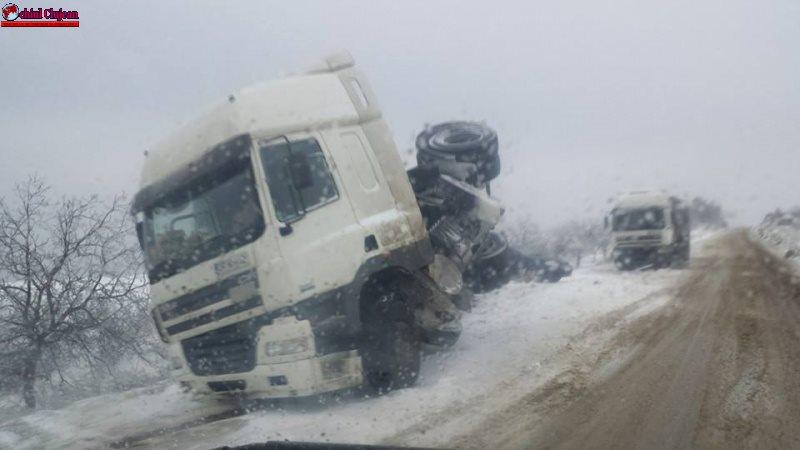 Accident în Căpușu-Mare, din cauza zăpezii! Două TIR-uri implicate