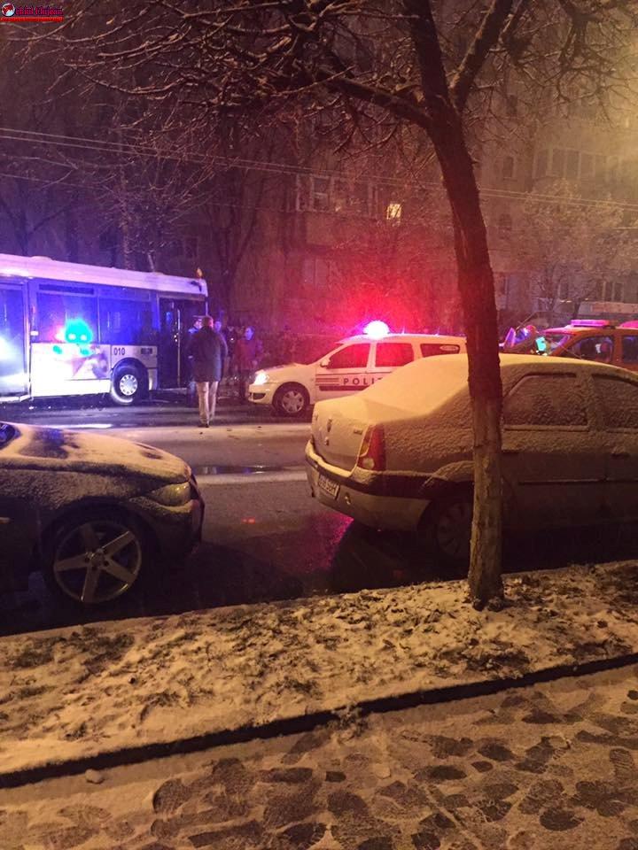 Accident pe Nicolae Titulescu! Impact între un troleibuz și un autoturism. FOTO UPDATE Șoferul nu avea permis
