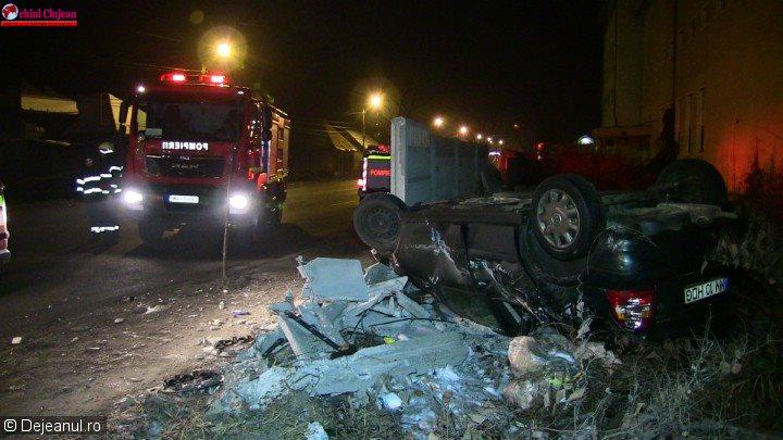 Accident în Dej! Un şofer s-a răsturnat cu maşina după ce a distrus gardul unei fabrici FOTO