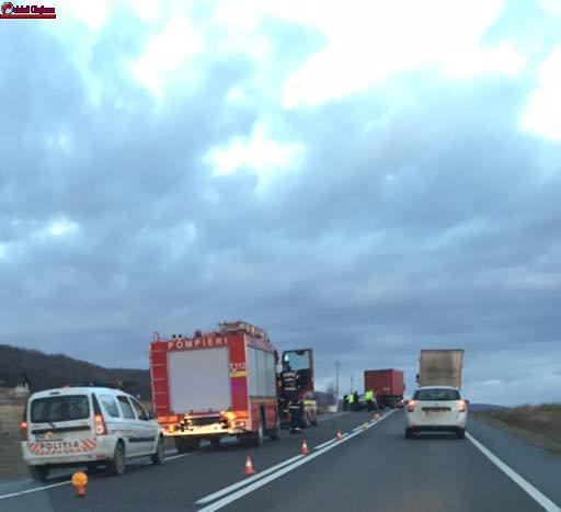 Coliziune între un TIR și un autoturism la ieșire din Gilău. UPDATE Două persoane au ajuns la spital  FOTO
