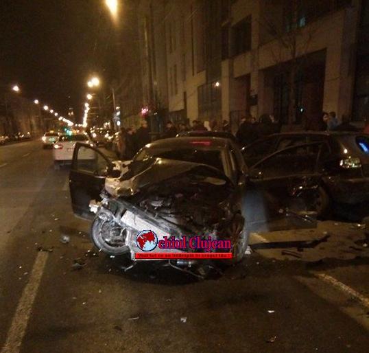 Impact violent între două autoturisme pe Bulevardul 21 decembrie1989 lângă ISU Cluj! 7 mașini au fost avariate. Șoferii făceau liniute VIDEO