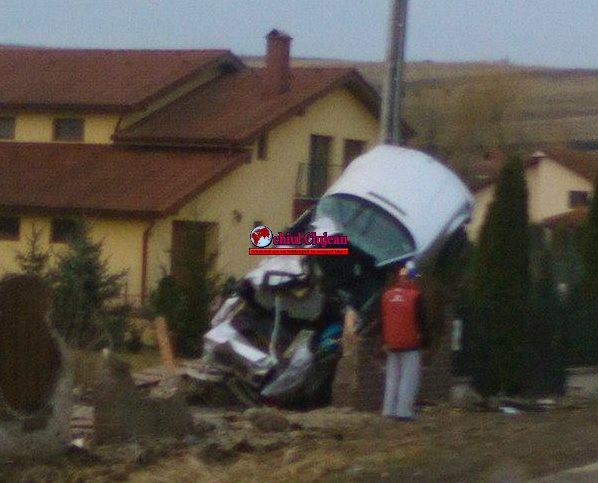 Accident soldat cu două victime în Corpadea! Au aterizat cu mașina pe gardul unei case FOTO