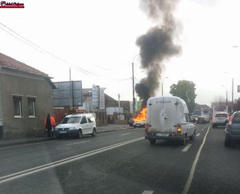 Incendiu lângă Autogară! Un autoturism a fost cuprins de flăcări FOTO
